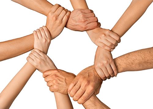 groupe de parsonnes se posant les mains les unes sur les autres pour illustrer l'atelier reflexologie entre amis