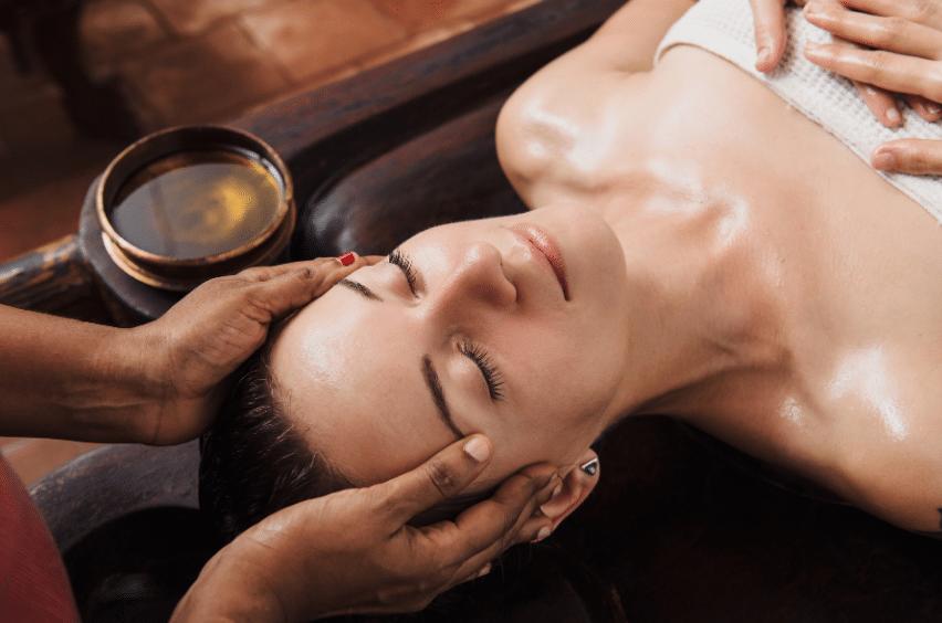 Femme se faisant massé la tête